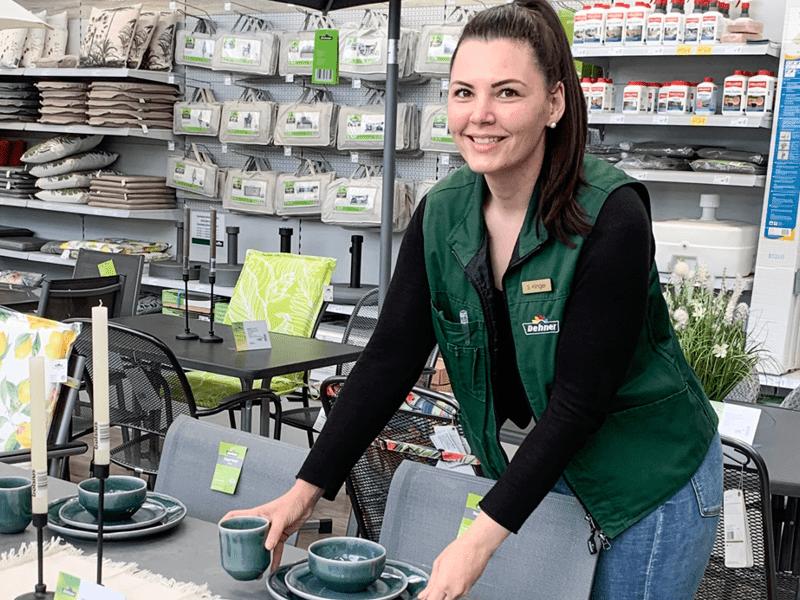 Verkäuferin Gartenmöbel Dekoration Sommer Dehner Garten-Center Boutique Deko Trends